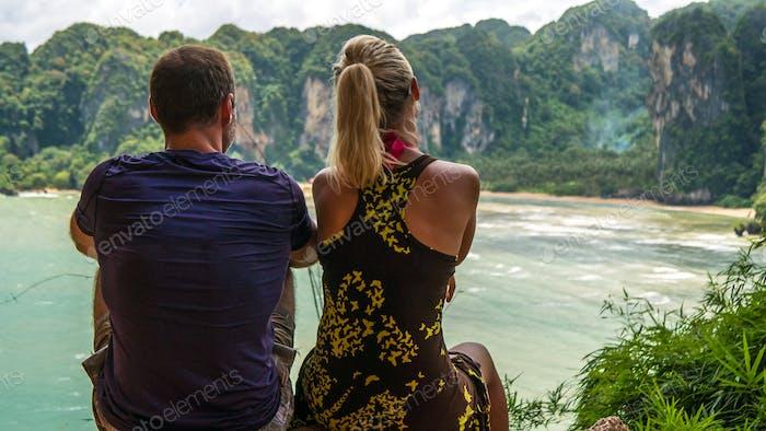 Paar auf Aussichtspunkt zum Hat Tom Sai Beach bei Railay, Krabi, Thailand