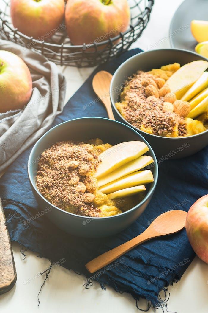 Gesunder glutenfreier Amaranth mit Äpfeln.