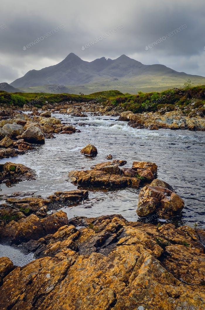 Landschaft von Cuillin Hügeln und Fluss, Schottische Hochland