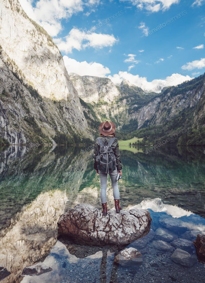 Mujer joven por el lago en Obersee