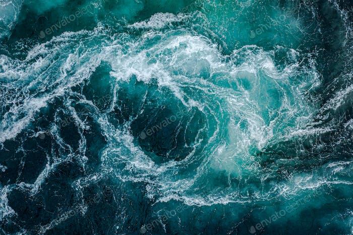 Wasserwellen des Flusses und des Meeres treffen sich während der h