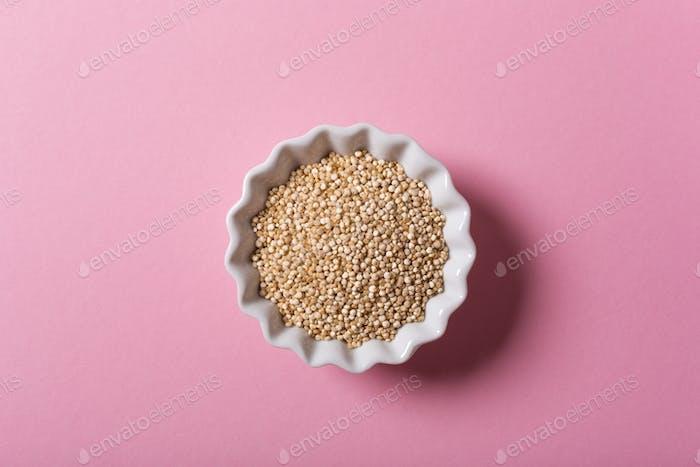 Quinoa en cuencos blancos