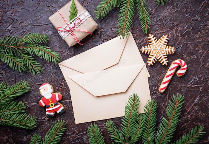 Weihnachten Hintergrund mit Lebkuchenplätzchen und Briefen