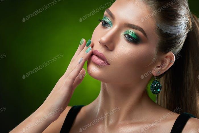 Sinnlich schöne Frau berühren perfekte Bronze Haut des Gesichts