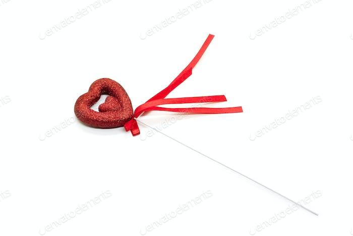 Liebessymbol in Form eines Herzens mit rotem Band