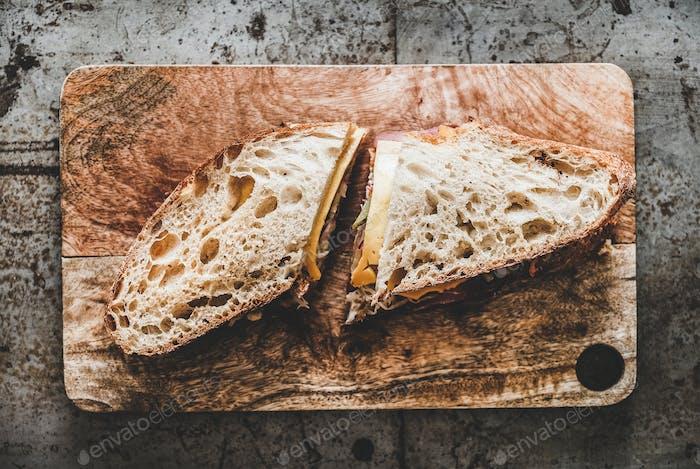 Flach-Lay von Pastrami Sandwich in Sauerteigbrot mit Käse