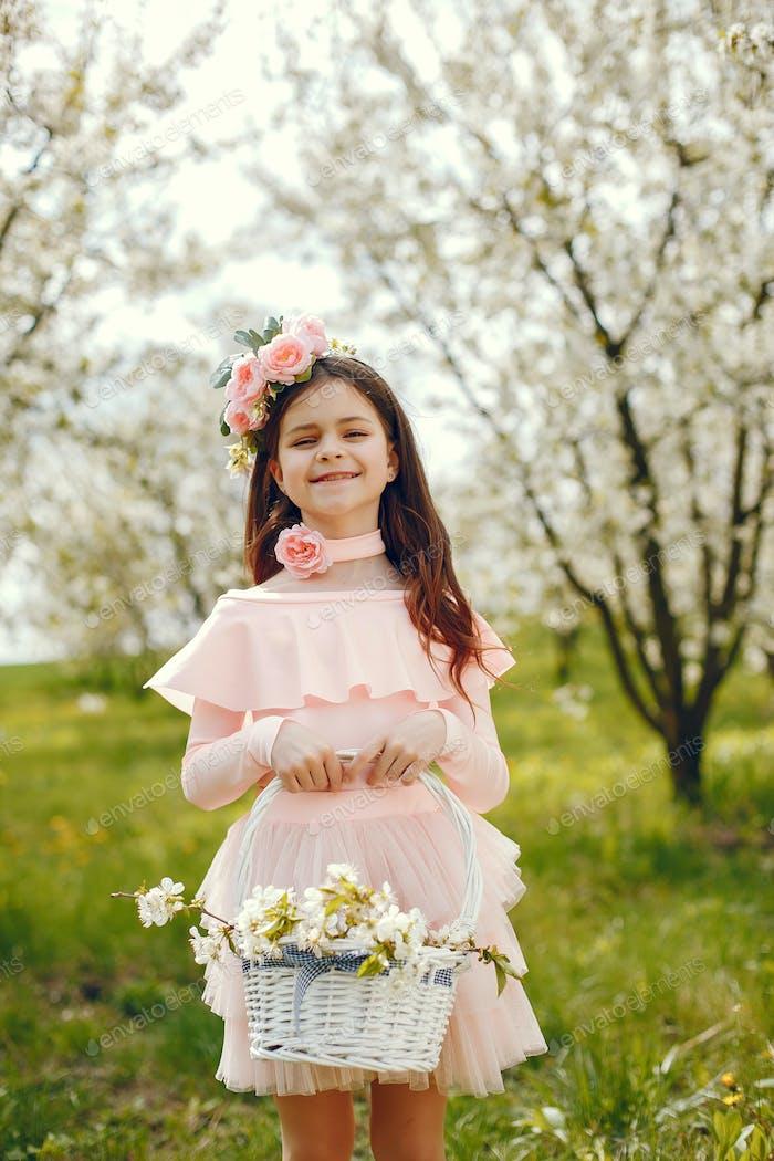 Niedlich kleines Mädchen in einem Frühling Park