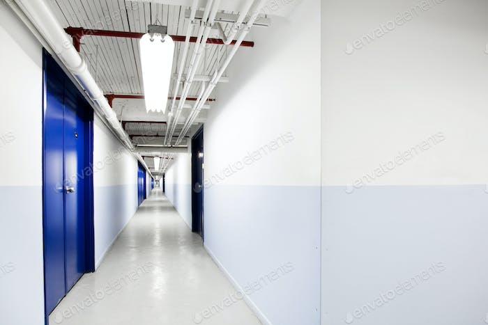 Endloser blauer Korridor