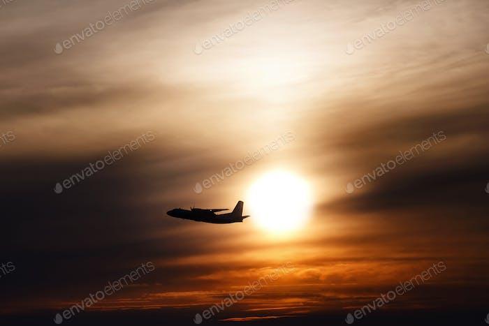 Silhouette eines großen Passagier- oder Frachtflugzeugs bei Sonnenlicht