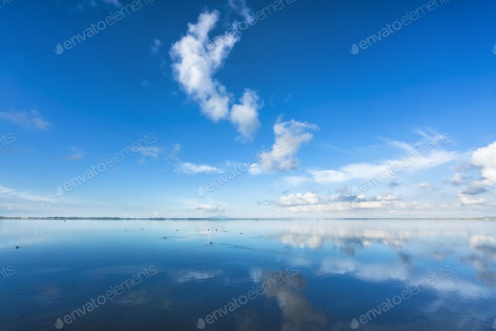 Paisaje panorámico azul atardecer. Laguna de Orbetello, Argentario, Italia.