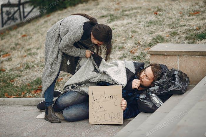 Hombre sin hogar en una ciudad de otoño ropa durty