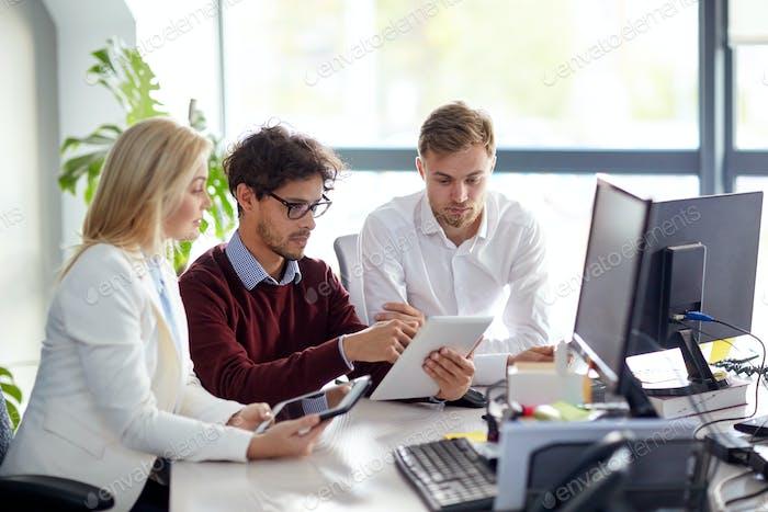 Equipo Negocios con tablet pc en la oficina