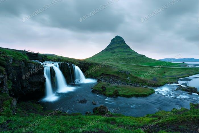 Colorido Amanecer en la cascada Kirkjufellsfoss