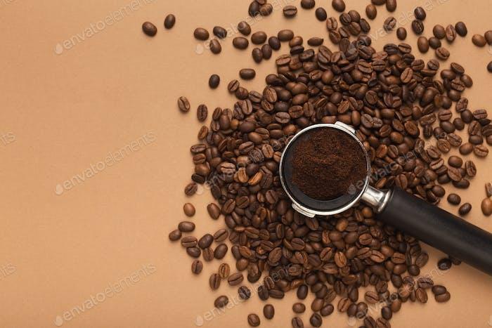 Kaffeemaschinen-Halter mit gemahlenen gerösteten Bohnen