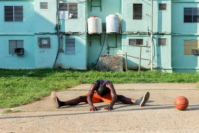 Молодой афроамериканец делает упражнения на открытом суде на Кубе