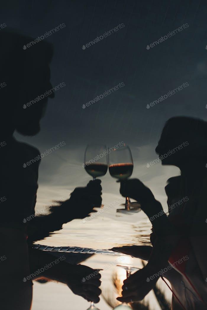 Paar Wein trinken in einem Pool