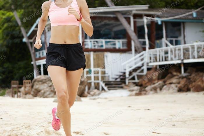 Motivation, Entschlossenheit und Ausdauer. Cardio-Lauftraining Unerkennbare Läuferin in Moti