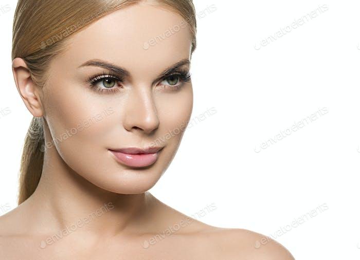 Gesunde Haut weiblich Mädchen blonde Haare Porträt Isoliert auf Weiß.
