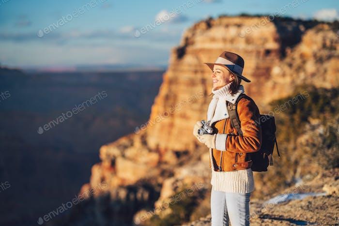 Joven excursionista con una cámara retro en el Parque Nacional