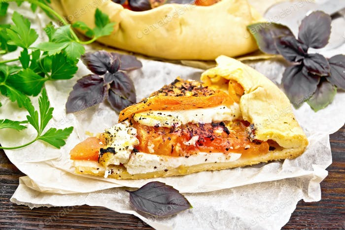 Galeta mit Tomate und Käse auf Pergament