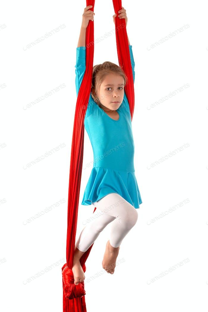 Концентрированная маленькая кавказская девочка