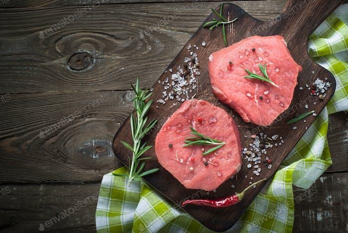 Rohes Rindfleisch Steak auf einem Schneidebrett