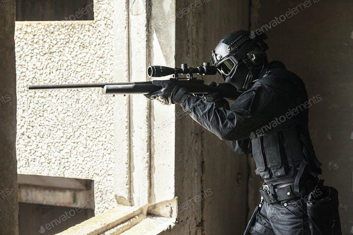 Swat Polizeioperator mit Scharfschützengewehr