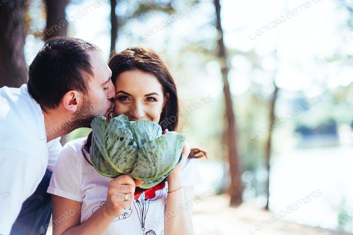 lächelnd schwangere Paar mit Kohl