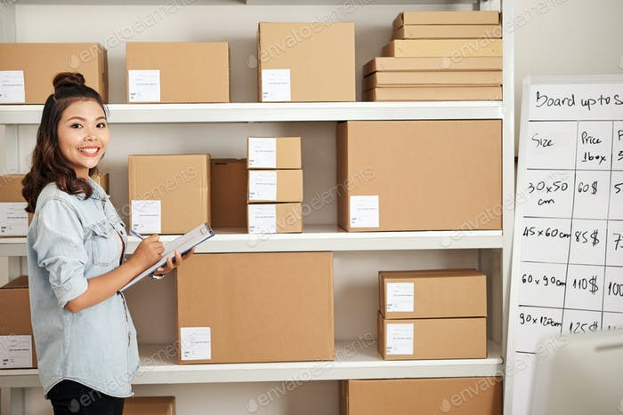 Frau im Postlager