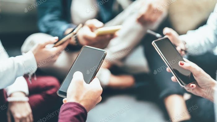 Grupo de amigos que tienen diversión adicta usando el teléfono inteligente móvil