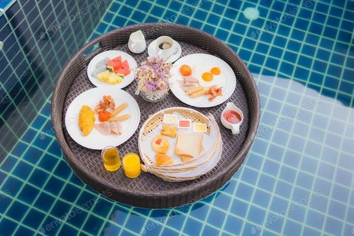 Frühstücksset schwimmend um den Pool