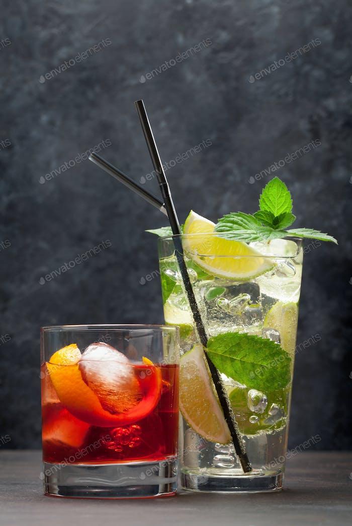 Zwei klassische CocktailgläserKopierraum