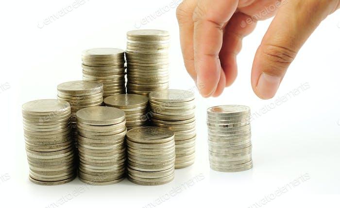 Dedo poner Moneda en la pila de monedas