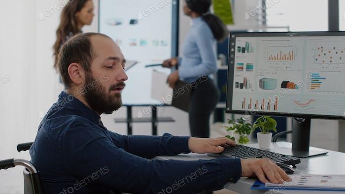Ungültiger Arbeiter mit Behinderungen, die am Computer arbeiten
