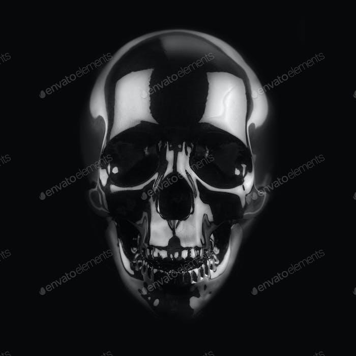 schwarzer glänzender Schädel auf dunklem Hintergrund