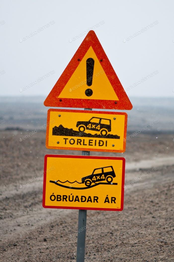 Island Verkehrszeichen - es ist gefährlich, da drüben zu fahren!
