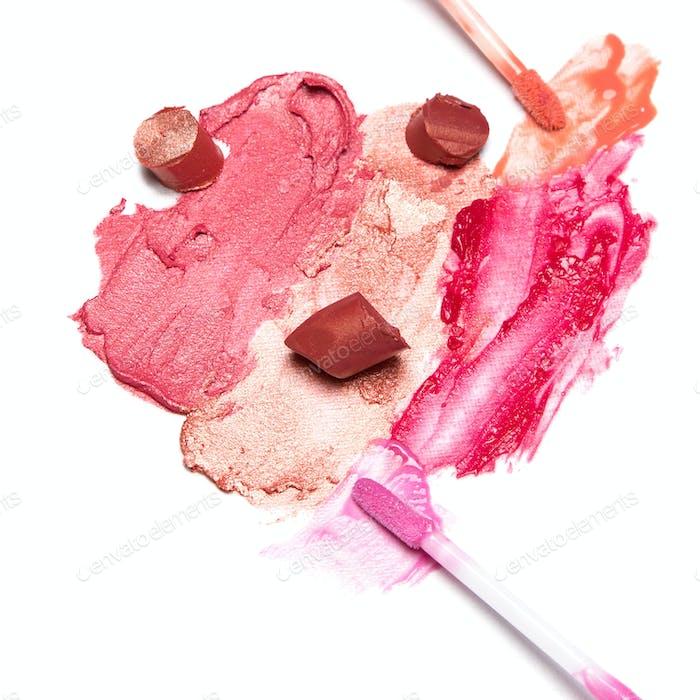 verschmiert und in Scheiben geschnitten Lippenstift und Lipgloss mit Pinsel