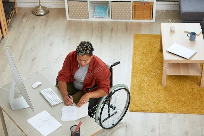 Behinderte Frau am Tisch arbeiten
