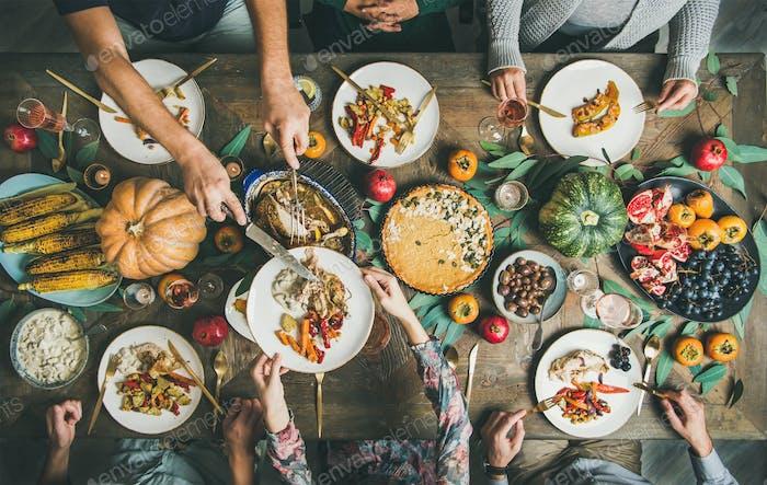 Freunde oder Familie essen Nacks am Weihnachtstisch