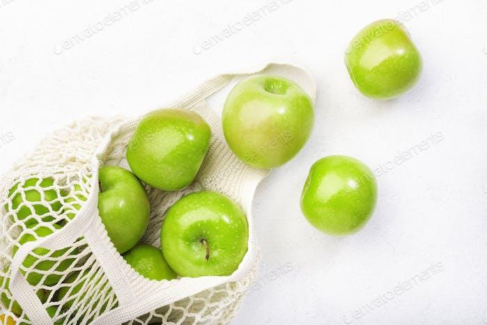 Grüne Äpfel in wiederverwendbarem, umweltfreundlichem Netzbeutel