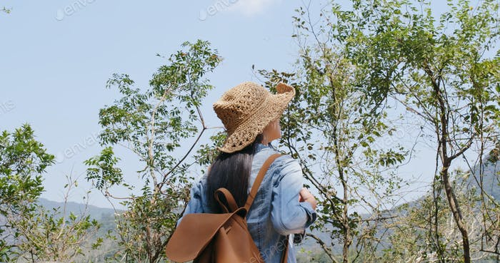 Mujer ir de excursión