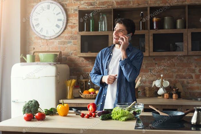 Glücklicher Mann Vorbereitung gesundes Essen in der Küche zu Hause