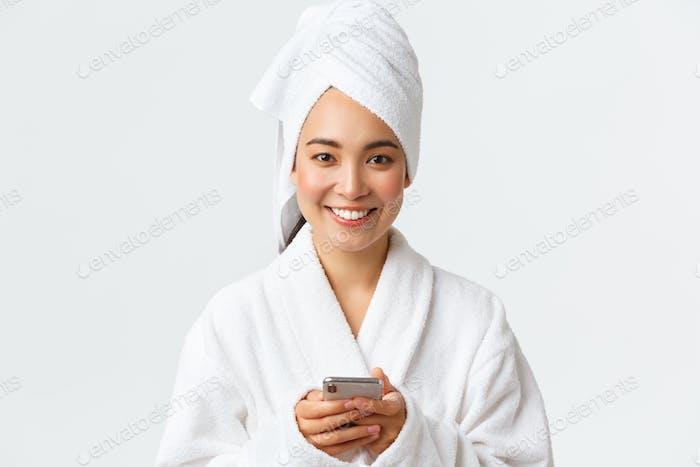 Körperpflege, Frauen Schönheit, Bad und Dusche Konzept. Nahaufnahme von schönen jungen asiatischen Frau