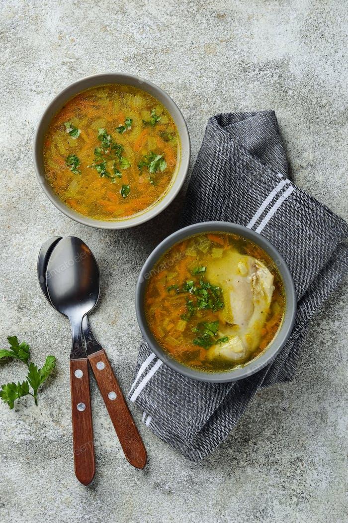 Hühnerbrühe oder Suppe mit Gemüse