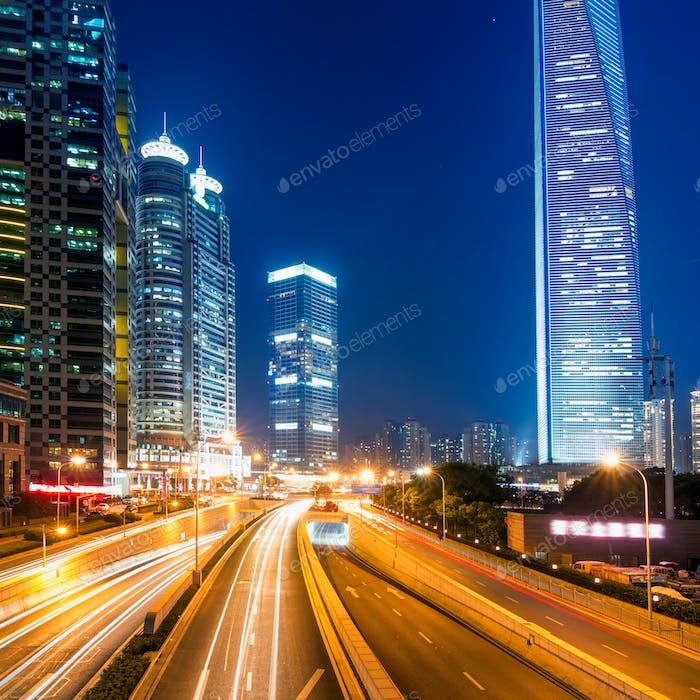 Lichtwege auf der Straße mit modernem Gebäude