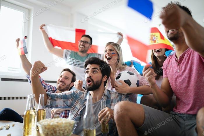 Emocionados fans de amigos del fútbol celebrando partido ganador