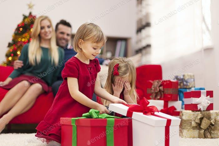 Porträt der glücklichen Familie spielen während der Weihnachtszeit
