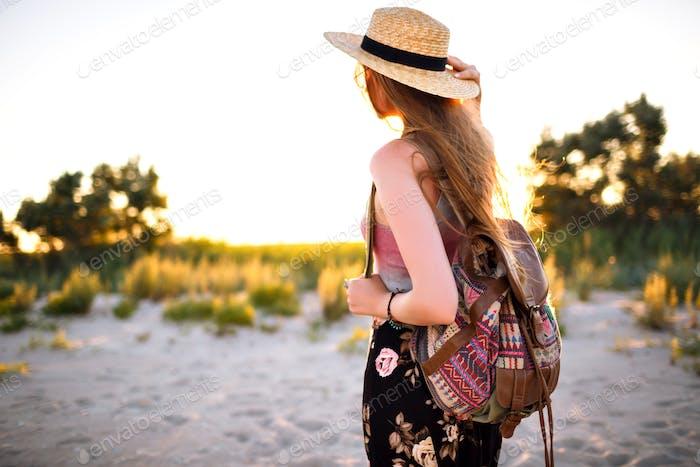 Nahaufnahme eines zarten Porträts der sinnlichen Schönheitsfrau, die auf dem Feld posiert