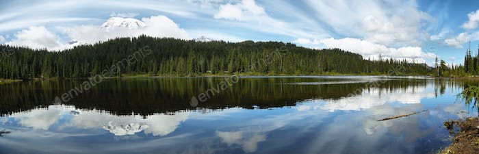 Scenic view of Mount Rainier spiegelt sich in reflektierenden Seen wider