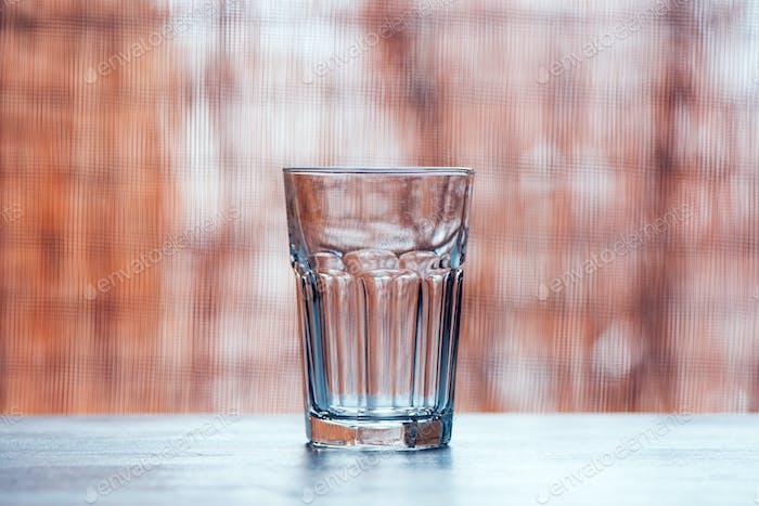 Vaso vacío en la mesa